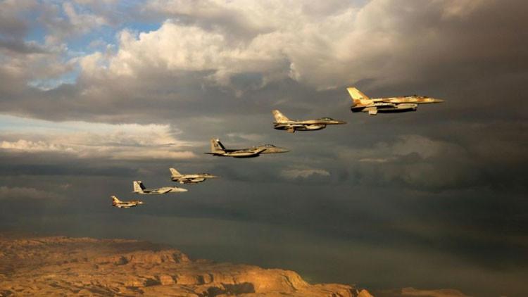 Aviones de combate israelíes y extranjeros vuelan sobre el desierto de Negev