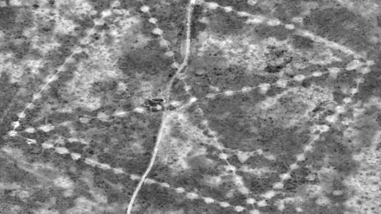 Una de las misteriosas figuras encontradas en Kazajistán, fotografiada desde el espacio