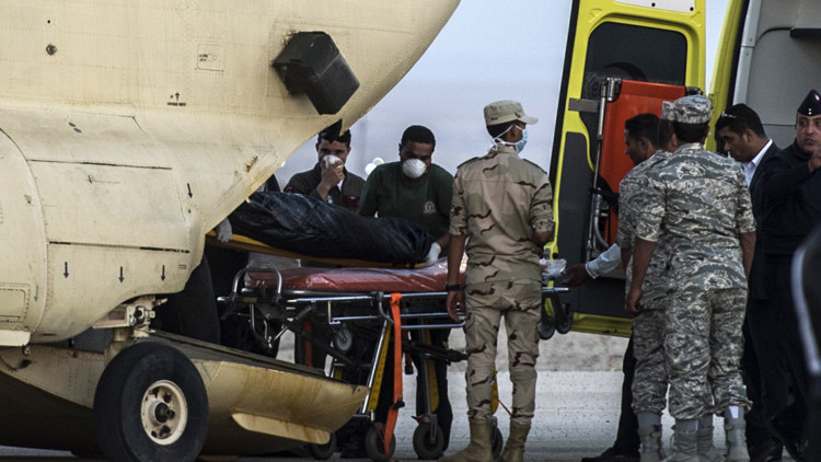 Medios: Se oyen voces de pasajeros bajo los escombros del avión accidentado en Egipto