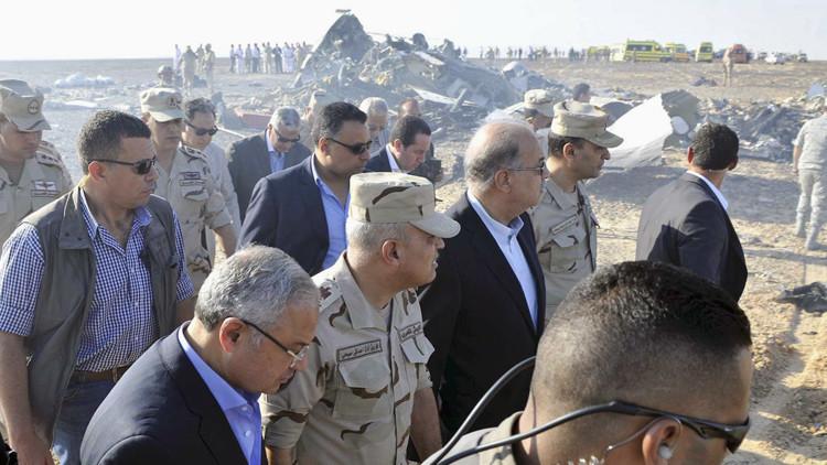 El primer ministro egipcio Sherif Ismail (en el centro de la imagen) y el ministro de Defensa Sedki Sobhi (segundo por la izquierda), en el lugar del siniestro.