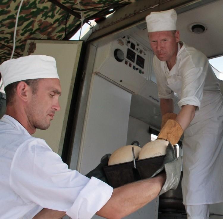 Los militares rusos en la cocina de campo en Siria