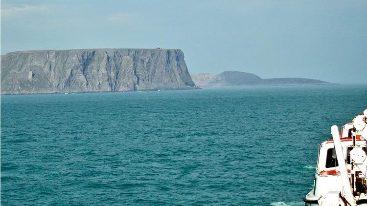 Cabo Norte (en primer plano), Knivskjellodden (al fondo).
