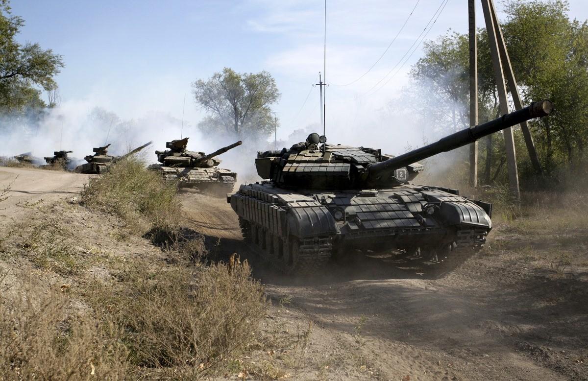 Las autodefensas de Lugansk retiran sus carros de combate hacia el interior de su república popular