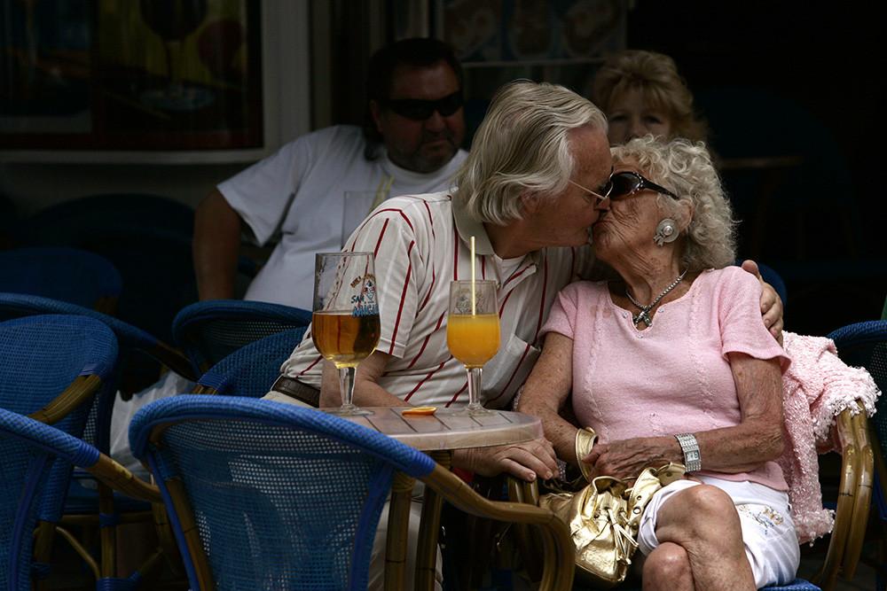 Una pareja en un restaurante en Torremolinos, cerca de Málaga, en la Costa del Sol