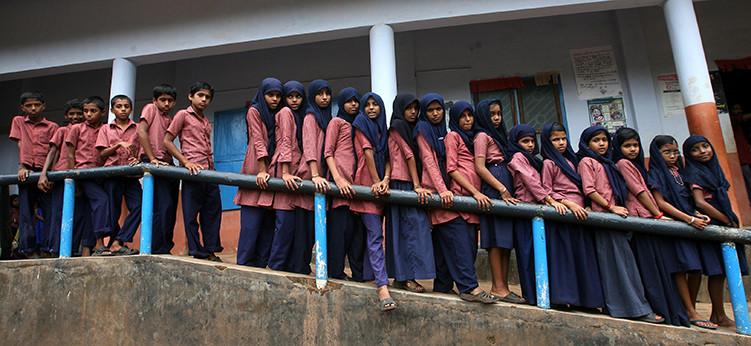 Nueve parejas de gemelos y varios trillizos posan para una fotografía en una escuela pública en la aldea Kodinhi en el estado meridional indio de Kerala.