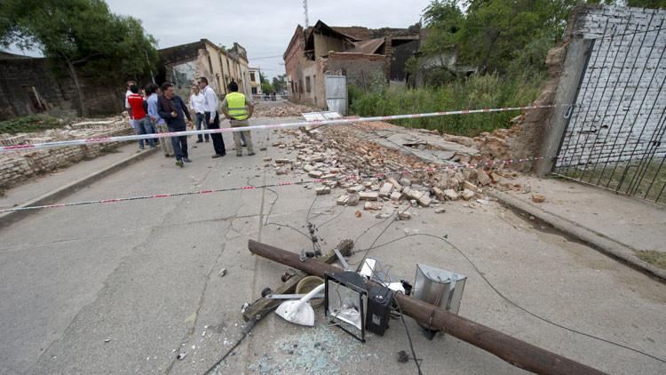 Un poste de energía colapsado tras el sismo en El Galpón, Argentina. 17 de octubre de 2015