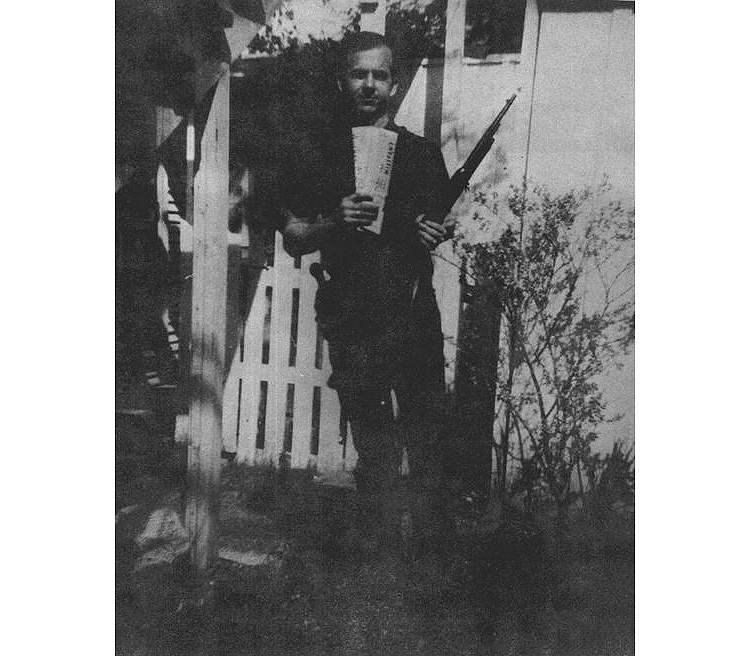 Foto de Lee Harvey Oswald con el rifle, tomada en el patio trasero de su casa en Dallas, en marzo de 1963.