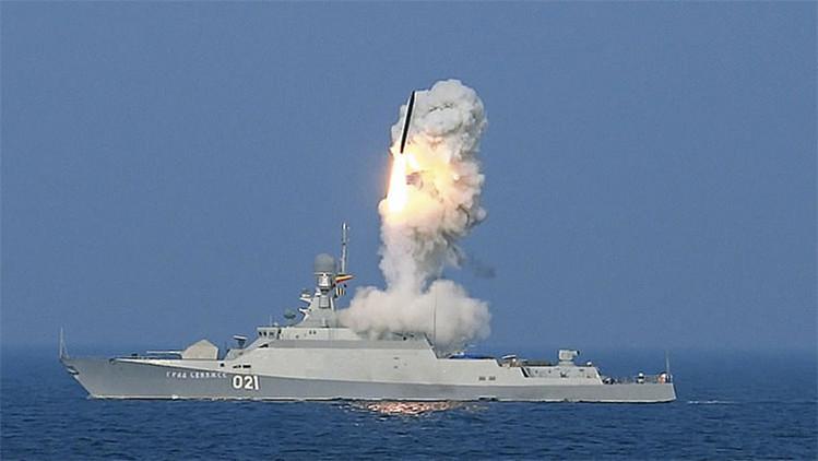 Lanzamiento de un misil del sistema Kalibr-NK desde la corbeta 'Grad Sviyazhsk'