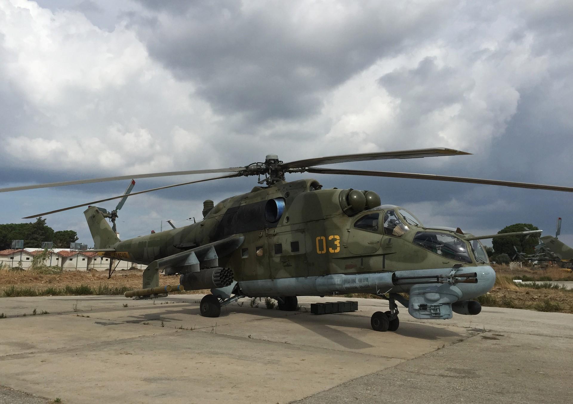 El helicóptero de ataque Mil Mi-24 en la base aérea de Jmeimim en Siria