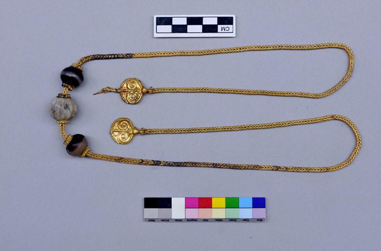 La cadena de oro encontrada en la tumba de un guerrero en Pilos, Grecia