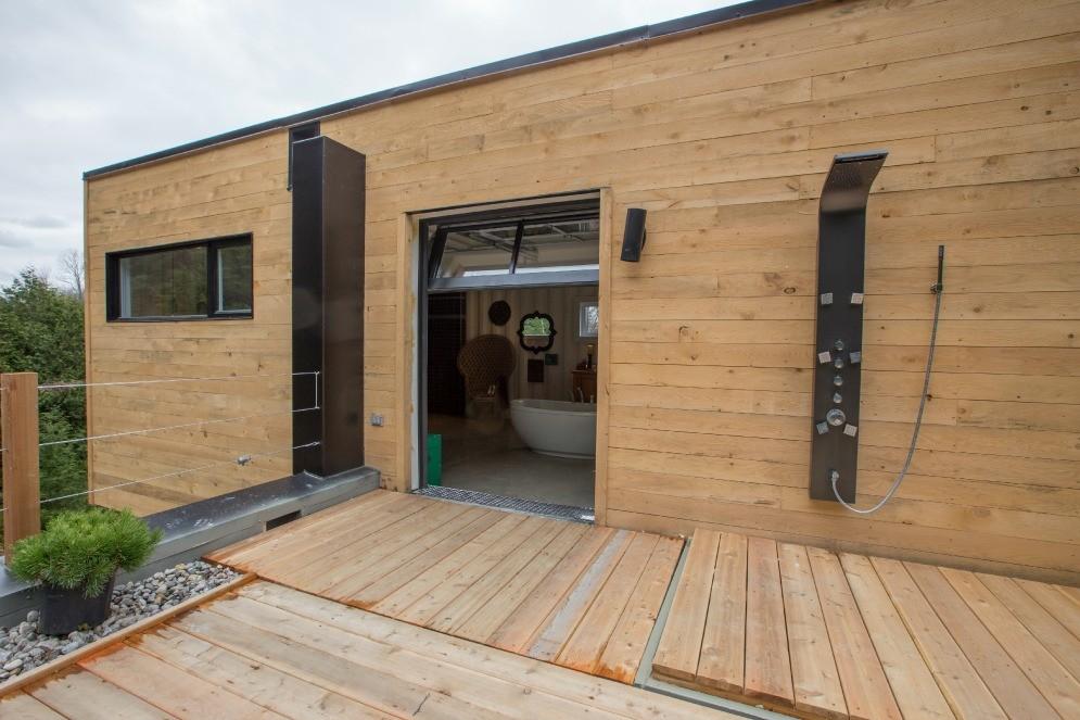una mujer de canad se construye una gran casa con cuatro contenedores de metal fotos rt. Black Bedroom Furniture Sets. Home Design Ideas
