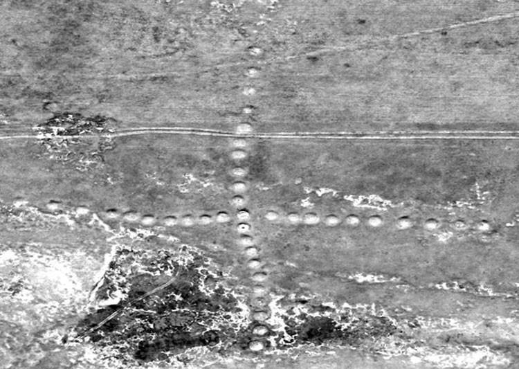 Una gigantesca cruz formada por pequeños montículos de tierra