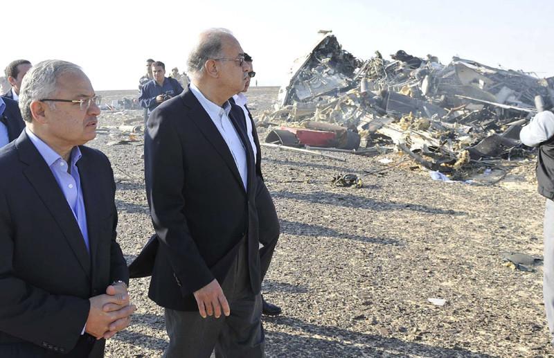 El primer ministro de Egipto Sherif Ismail y el ministro de turismo del país Hisham Zaazou en el lugar del siniestro del avión ruso