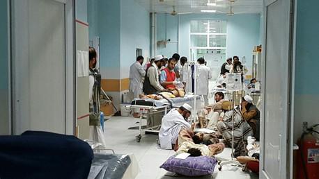 Los médicos atienden a los heridos en un bombardeo realizado contra un hospital de MSF