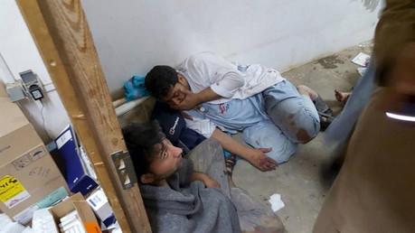 Personal afgano que se encontraba en el hospital de MSF tras el ataque aéreo en Kunduz, Afganistán, el 3 de octubre de 2015