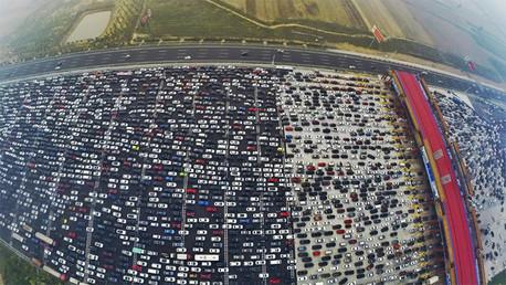 Automovilistas atrapados en un atasco en una autopista que conduce a la capital china mientras hicieron su viaje de regreso hacia el final de la celebración del Día Nacional, Beijing, China
