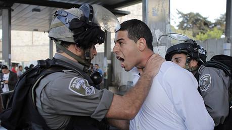 Un agente de la Policía fronteriza israelí detiene a un manifestante palestino