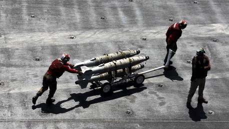 Militares de EE.UU. desplazan misiles a bordo de portaviones USS Theodore Roosevelt, desplegado en el golfo Pérsico para atacar al Estado Islámico.