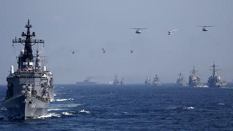 El destructor Kurama en una fila con otros buques de Japón con el primer ministro Shinzo Abe a bordo
