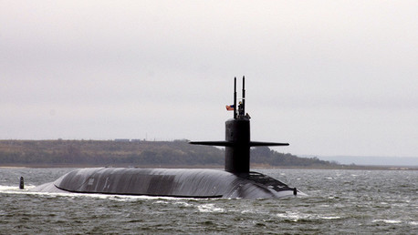 El submarino USS West Virginia (SSBN 736) de clase Ohio parte de la base de Kings Bay, en el estado de Georgia