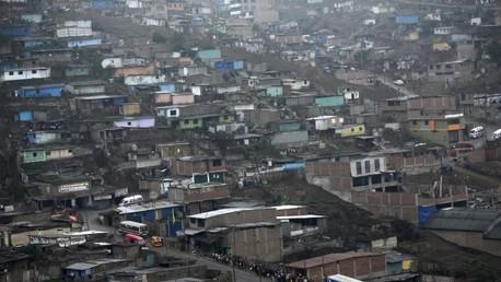 """""""Muro de la vergüenza"""": ¿Qué oculta la pared que separa a los ricos de los pobres en Perú?"""