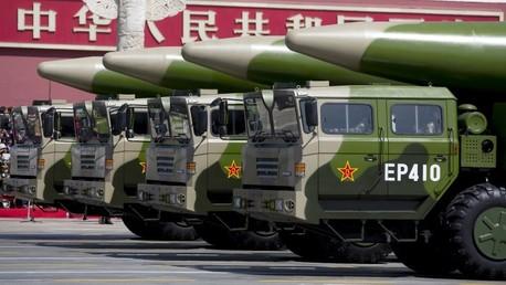 Vehículos militares llevan misiles balísticos DF-26 durante un desfile militar en Pekín, 2015.