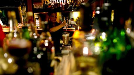 Un camarero sirve una jarra de cerveza en un restaurante en Yakarta, Indonesia, el 6 de agosto de 2015.