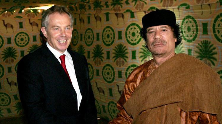 El ex primer ministro del Reino Unido, Tony Blair, estrecha la mano del entonces líder libio, Muammar Gaddafi, cerca de la ciudad natal de Gaddafi, Sirte, en mayo de 2007