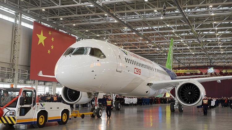 Video: China presenta su primer avión de pasajeros, que competirá con Airbus y Boeing
