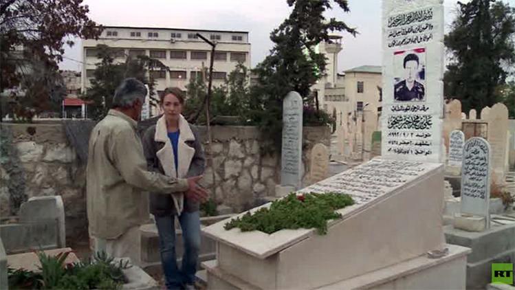 """""""Un día no encontraré una tumba para mí"""": un sirio que vive en un cementerio cuenta su historia"""
