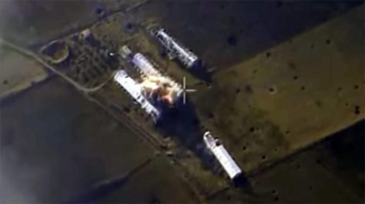 El ataque aéreo ruso contra el almacén de coches comba en el distrito de Guta, la provincia de Damasco, Siria