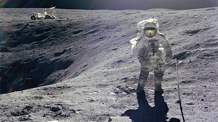 El astronauta del Apolo 16 que dejó un retrato familiar en la Luna desvela su 'mensaje oculto'