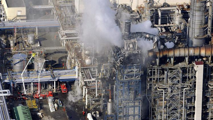 Humo elevándose desde la planta Mitsubishi Gas Chemical Company tras el incendio en Kamisu, Japón, el 21 de diciembre de 2007