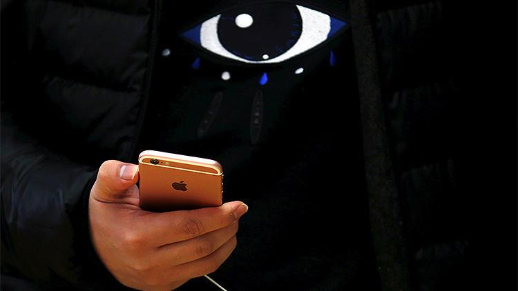 Un cliente con un 6S iPhone durante su lanzamiento oficial en la tienda de Apple en Sídney, Australia, 25 de septiembre de 2015.