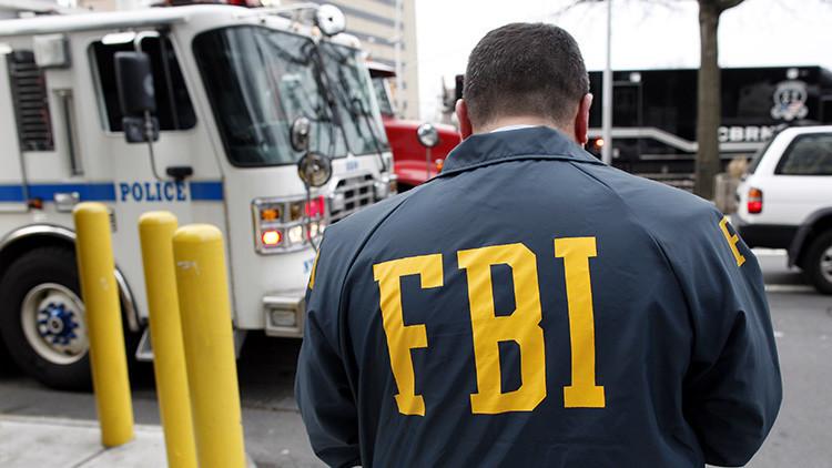 Video: Agente del FBI ataca y amenaza con una pistola a un menor en EE.UU.