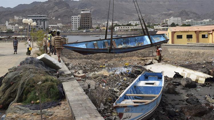 Hombres yemeníes levantan un barco de pesca dañado por el ciclón Chapala, el 3 de noviembre de 2015.