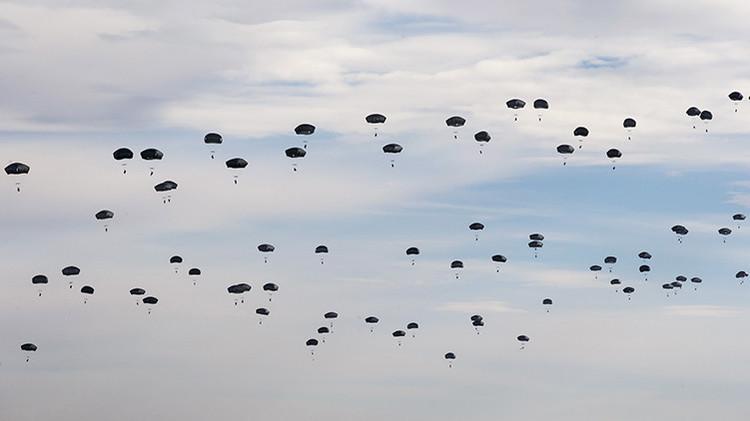 Paracaidistas de EE.UU. participan en las maniobras de la OTAN Trident Juncture 2015 en Zaragoza, España