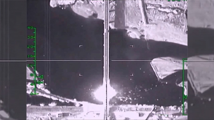 Videos: Rusia destruye un puente controlado por yihadistas y una columna de vehículos en Siria