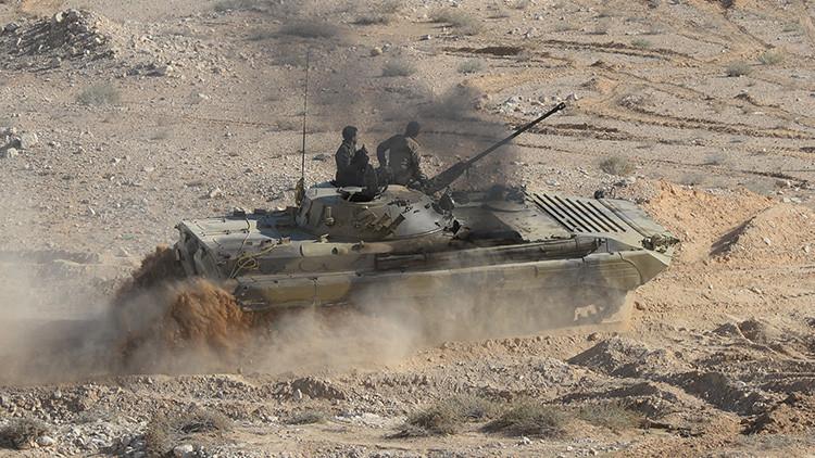 Un tanque del Ejército sirio realiza una misión de combate a 20 kilómetros de Palmira.