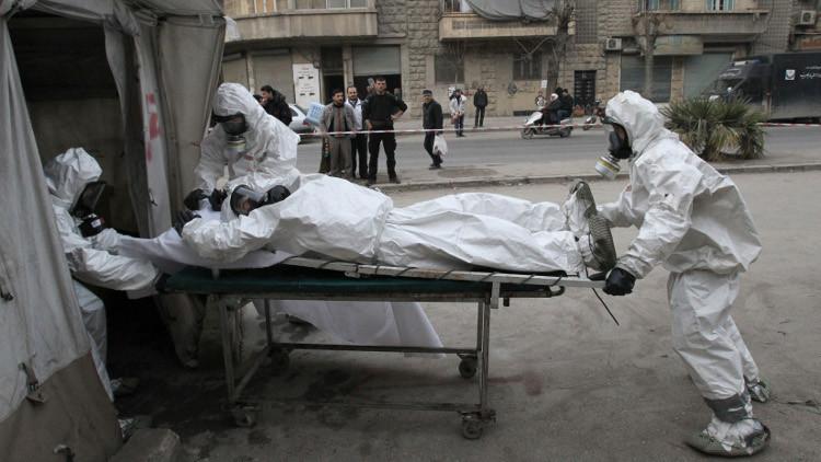 Miembros del Ejército Libre Sirio se entrenan en Aleppo para atender a víctimas de ataques de armas químicas, el 25 de diciembre de 2013.