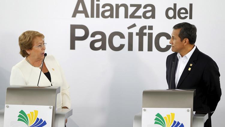 La Presidenta chilena, Michelle Bachelet, y su homólogo peruano, Ollanta Humala, en una cumbre de la Alianza del Pacífico en Paracas, Perú, el 3 de julio de 2015.