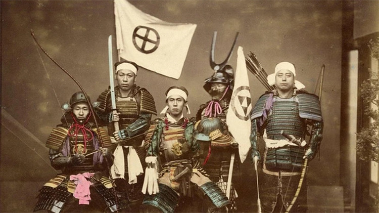 Fotos únicas del siglo XIX que muestran la vida de los últimos samuráis y sus cortesanas
