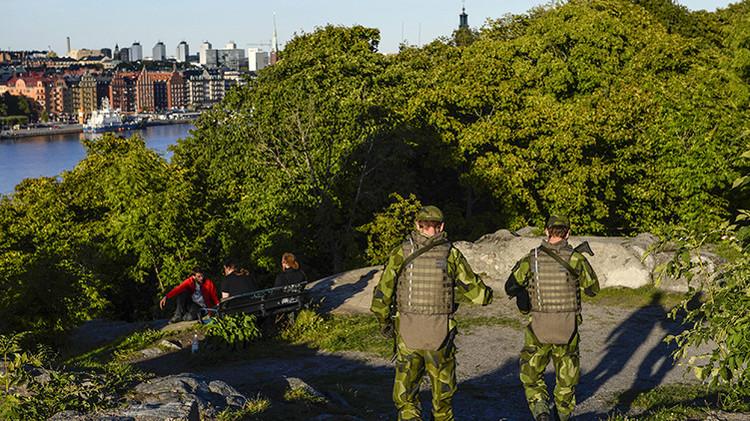 Varios soldados patrullan la isla Langholmen, en el centro de Estocolmo, Suecia.