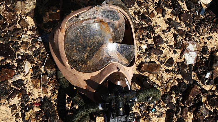 Una máscara de oxígeno en el lugar de la catástrofe del avión Airbus A321 de la compañía Metrojet
