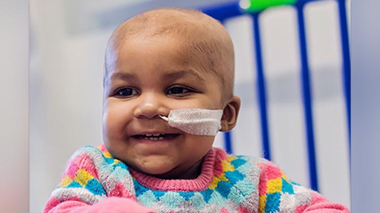 Un tratamiento inédito acaba con la leucemia incurable de una niña