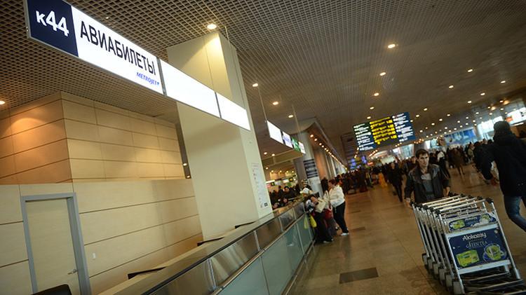 Las taquillas de la compañía aérea Kogalymavia en un aeropuerto