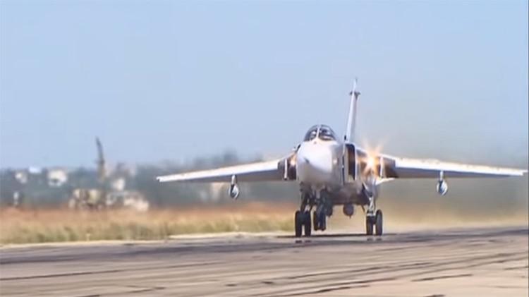 Bombardero Su-24M en la base militar rusa en Siria