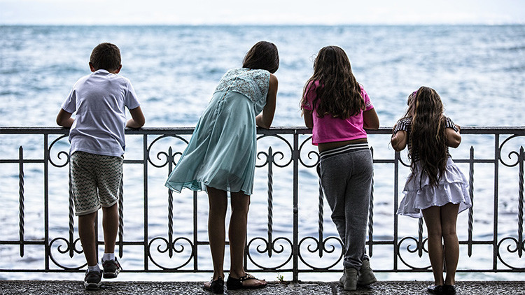 Estudio: Los hijos de padres religiosos son más tacaños y crueles que los niños de familias ateas