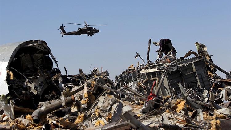 Un helicóptero militar egipcio sobrevuela los restos del avión ruso que se estrelló en el norte de la península de Sinaí el 1 de noviembre de 2015.