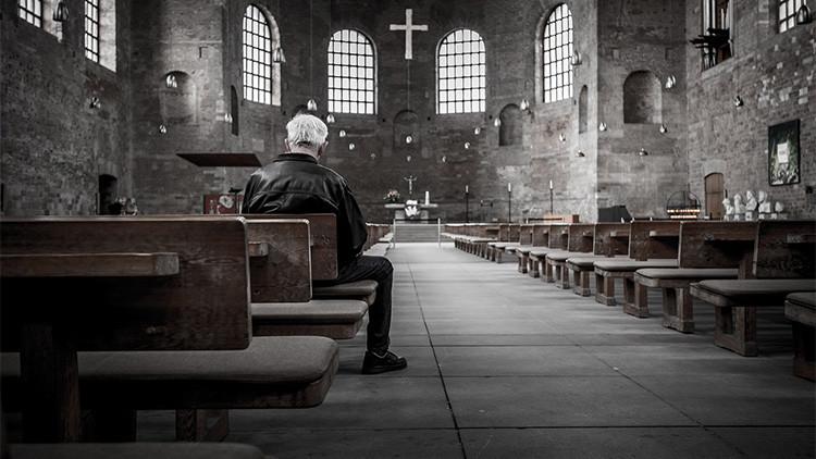 Una iglesia de Alemania retira altares, bancos y la pila bautismal para hacer hueco a los refugiados